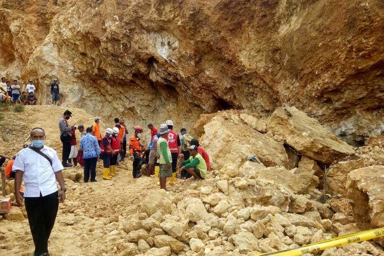 Satu orang tewas tertimbun longsor tebing batu bekas galian C di Desa Katekan, Kecamatan Brati, Kabupaten Grobogan, Jawa Tengah, Rabu (17/2/2021).