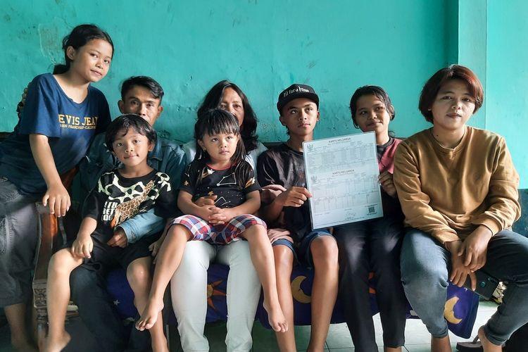 Mulyono dan Partina saat berfoto bersama anak-anaknya di kediamannya di Jalan Karakatau nomor 19 Kota Malang, Rabu (24/2/2021).