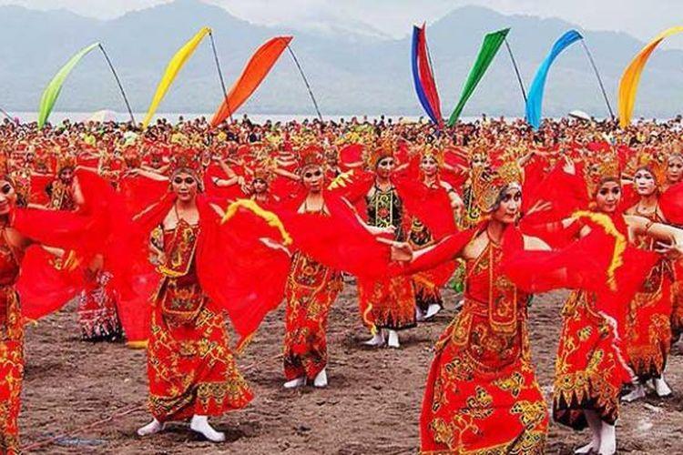 Upaya Pemerintah Kabupaten Banyuwangi dalam melestarikan gandrung dimulai dengan mengenalkan tari gandrung. Sebanyak 1.053 penari gandrung dilibatkan dalam paju gandrung sewu di pantai Boom Banyuwangi Jawa Timur pada Sabtu (23/11/2013) lalu artinya ada 2056 penari termasuk 1053 penari paju.