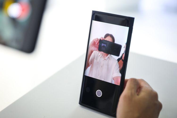 Ponsel Oppo dengan kamera selfie terbenam di bawah layar.