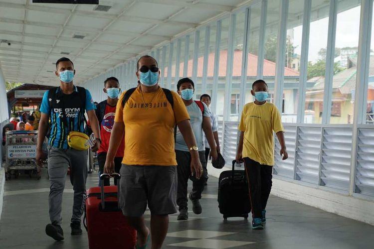 Diberlakukannya lockdown atau menutup negara sementara oleh pemerintah Malaysia, membuat warganya yang berada di Tanjungpinang berbondong-bondong kembali ke negaranya melalui Pelabuhan Internasional Sri Bintan Pura (SBP) Tanjungpinang, Rabu (18/3/2020)