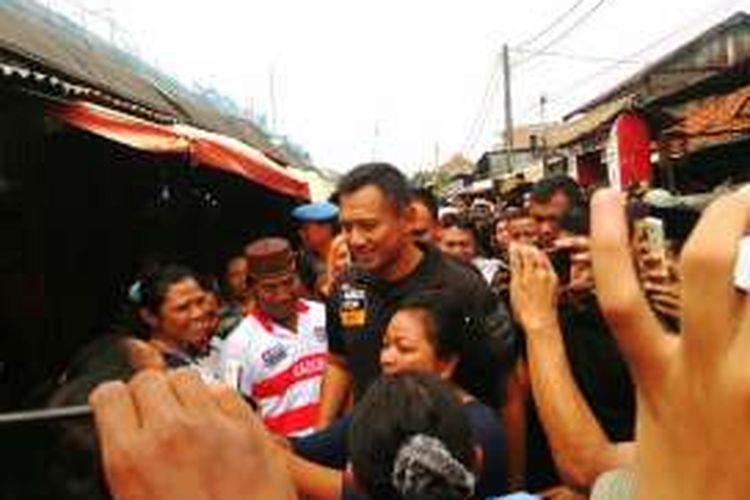 Calon gubernur DKI Agus Harimurti Yudhoyono berkampanye menemui pedagang kaki lima di samping Pasar Kramatjati di Jalan Raya Bogor, Kramatjati, Jakarta Timur. Selasa (13/12/2016)