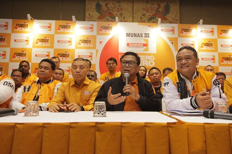 Ketua Umum Partai Hanura, Oesman Sapta Odang (OSO), didampingi pengurus Hanura memberikan keterangan hasil Musyawarah Nasional (Munas) III Partai Hanura di Jakarta, Rabu (18/12/2019). Musyawarah Nasional (Munas) III Partai Hanura memutuskan Oesman Sapta Odang (OSO) untuk kembali pimpin Hanura. OSO kembali jadi Ketum secara aklamasi atas dukungan 34 DPD beserta DPC.  ANTARA FOTO/Reno Esnir/pd  *** Local Caption ***