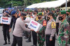 Salurkan Paket Bansos ke Warga, Kapolda Riau: Kita Semua dalam Masa Sulit, Mari Berjuang Bersama...