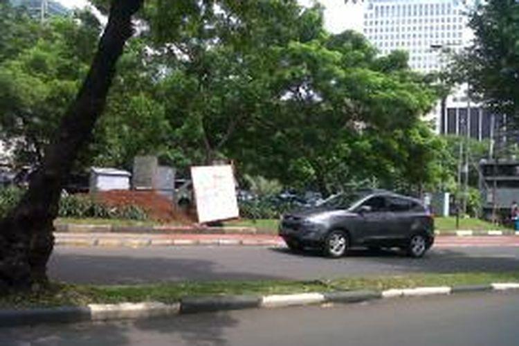 Sejumlah pohon di Jalan Sisingamaraja belum ditebang untuk pembangunan proyek mass rapid transit (MRT). Pohon-pohon di ruas jalan Sisingamangaraja hingga Jenderal Sudirman ditebang mulai 15 November 2013.