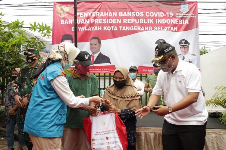 Kemensos menyalurkan bantuan sosial sembako dari Presiden tahap pertama di Tangsel, bertempat di Balai Warga RW 08, Rempoa, Ciputat Timur, Kota Tangsel, Jumat (8/5/2020).