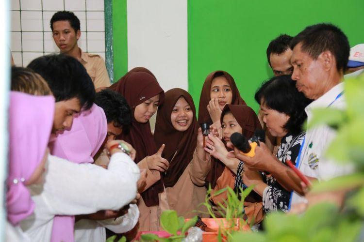 Ikatan Wanita Universitas Indonesia (IWK UI) menggelar kegiatan bakti sosial berupa pelatihan ?Urban Farming yang digelar di Sekolah Luar Biasa (SLB) Nusantara di Beji, Depok pada Rabu (11/03/2020).