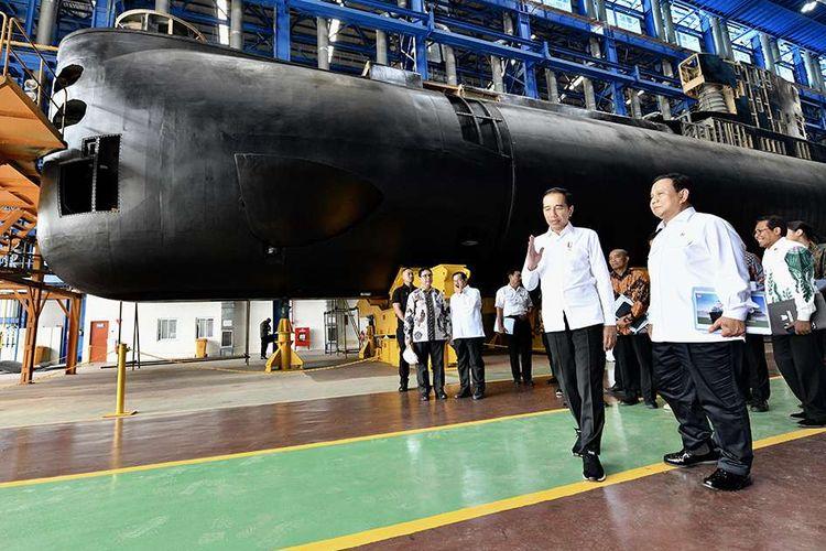 Presiden Joko Widodo (kiri) didampingi Menteri Pertahanan Prabowo Subianto meninjau Kapal Selam Alugoro-405 di PT PAL Indonesia (Persero) di Surabaya, Jawa Timur, Senin (27/1/2020). Keberhasilan pembangunan kapal selam KRI Alugoro-405 menjadikan Indonesia satu-satunya negara di kawasan Asia Tenggara yang mampu membangun kapal selam.