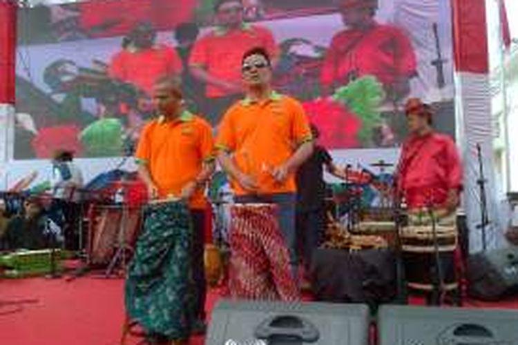 Wali Kota Bandung Ridwan Kamil saat menabuh gendang sebagai tanda dibukanya Asian African Carnilval 2016 di Jalan Asia Afrika, Kota Bandung, Minggu (14/8/2016).