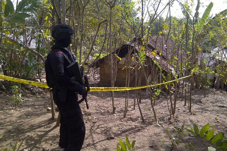 Petugas bersenjata lengkap saat mengamankan TKP di sekitar rumah terduga teroris yang tertangkap di Bima, Sabtu kemarin (17/6/2017).