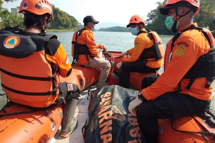 Tim Basarnas Pos Trenggalek saat mengevakuasi jenazah Subandi (56) di Sungai Brantas wilayah Semampir, Kota Kediri, Jawa Timur, Rabu (20/7/2021). Korban adalah seorang penambang pasir asal Kabupaten Jombang yang tenggelam sehari sebelumnya.