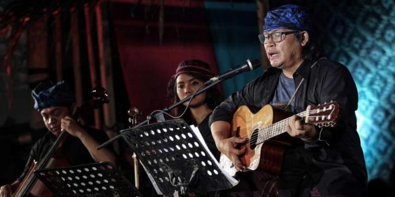 Musisi Jodhi Yudono bersama Tlaga Swara menghibur penonton saat Konser Membaca Baduy dalam rangkaian Gerakan Rayakan Perbedaan Baduy Kembali di Bentara Budaya Jakarta, Rabu (6/4/2016).