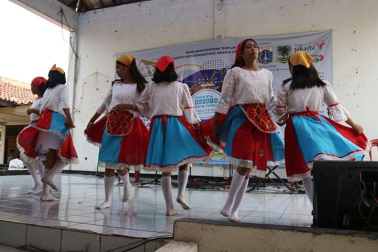 Para perempuan remaja Kampung Tugu menampilkan tarian Noni Tugu dalam rangkaian perayaan ulang tahun Gereja Tugu ke 271, Minggu (3/11/2019).