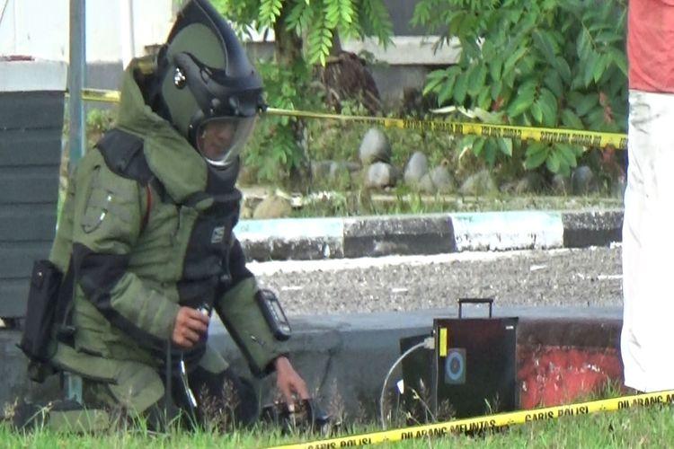 Gegana Polda Sulawesi Selatan memeriksa kotak hitam mencurigakan di Kantor Bupati Pinrang, Selasa (6/4/2021).
