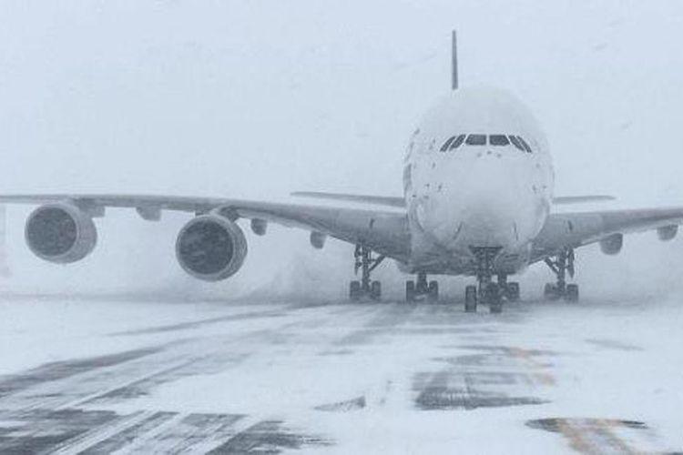 Pesawat Airbus A380 milik Singapore Airlines terpaksa mendarat di bandara kecil di New York, Amerika Serikat, Kamis (4/1/2018) pukul 13.00 waktu setempat karena badai musim dingin. (SWFairport via CNBC)