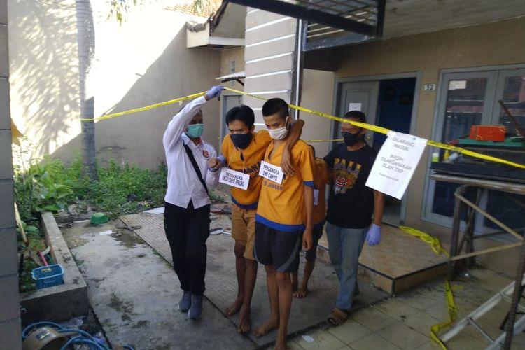 Tiga tersangka kasus pembunuhan Gery saat mengikuti kegiatan reka ulang di Kelurahan Jember Kidul Kecamatan Kaliwates, Jember