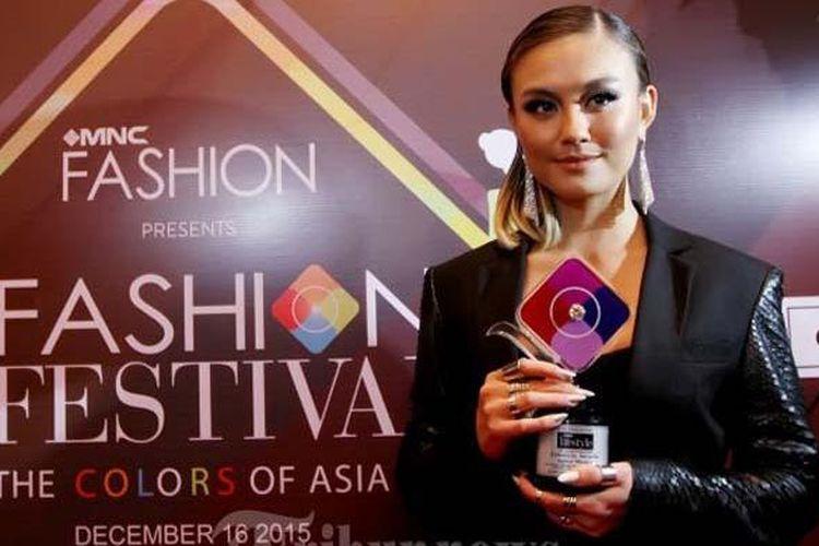 Agnes Monica Muljoto atau Agnez Mo menghadiri acara I Fashion Festival di Hotel Indonesia Kempinski, Jakarta Pusat, Rabu (16/12/2015). Pada kesempatan itu Agnez Mo menerima Lifestyle Award di bidang musik. Penghargaan tersebut diberikan kepada perempuan Indonesia yang menjadi sumber inspirasi serta berprestasi di berbagai bidang.