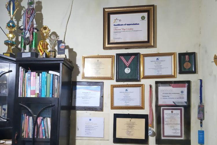 Berbagai piagam penghargaan milik Muhammad Reza Nurrahman. Piagam tersebut digunakan untuk untuk menutupi salah satu dinding rumahnya yang berlumut.