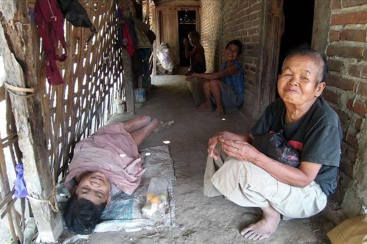 Inilah sosok Mbah Miratun, warga Dusun Kayen, Desa Krebet, Kecamatan Jambon, Kabupaten Ponorogo, Jawa Timur yang tetap bertahan merawat sendirian tiga saudaranya yang mengalami keterbelakangan mental.