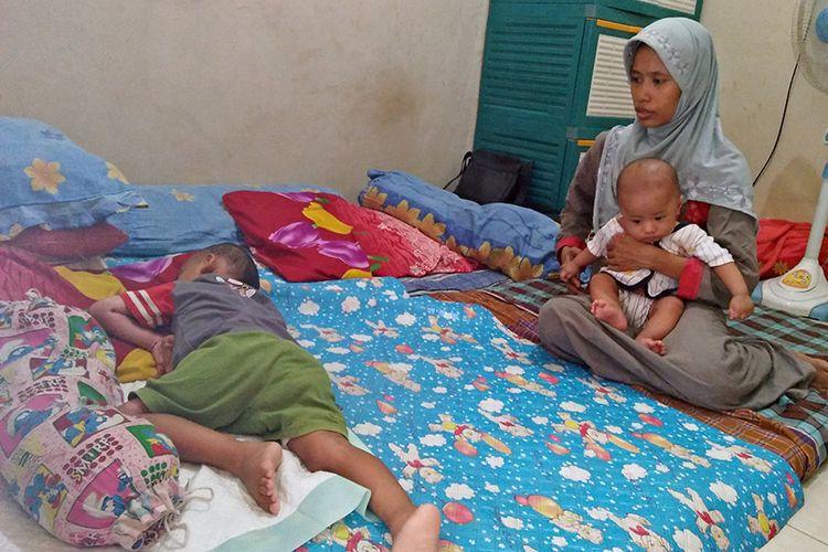 Muhammad Ibnu Abdillah (kiri) sedang tidur di rumah kontrakannya di Gresik.