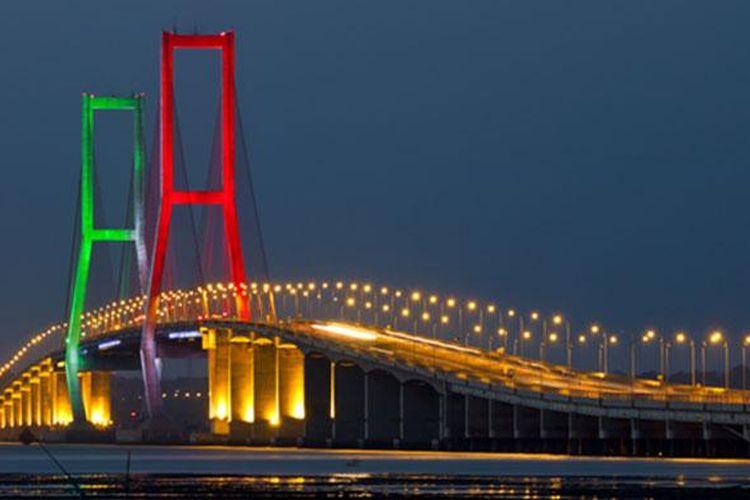 Jembatan Suramadu yang menghubungkan Kota Surabaya dengan Pulau Madura.