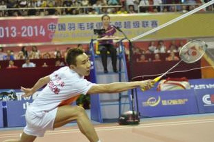 Pebulu tangkis Malaysia, Lee Chong Wei memperkuat tim Guangdong Century City Badminton Club dan bertanding melawan Wu Xin dari Bayi Dongling Group Badminton Club, di Dongguan City Stadium, China, Sabtu (5/10/2013).