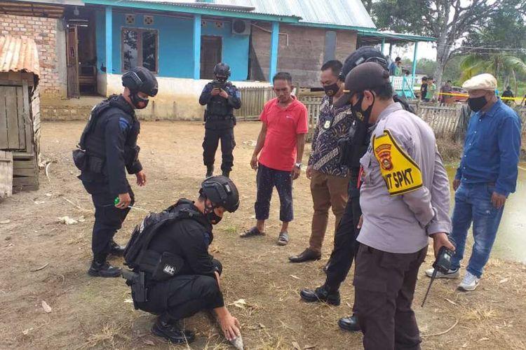 Penemuan mortir sepanjang 1 meter yang ditemukan penyelam di Sungai Musi Palembang, diamankan oleh tim penjinak bom dari Brimob Polda Suamtera Selatan, Jumat (2/7/2021).