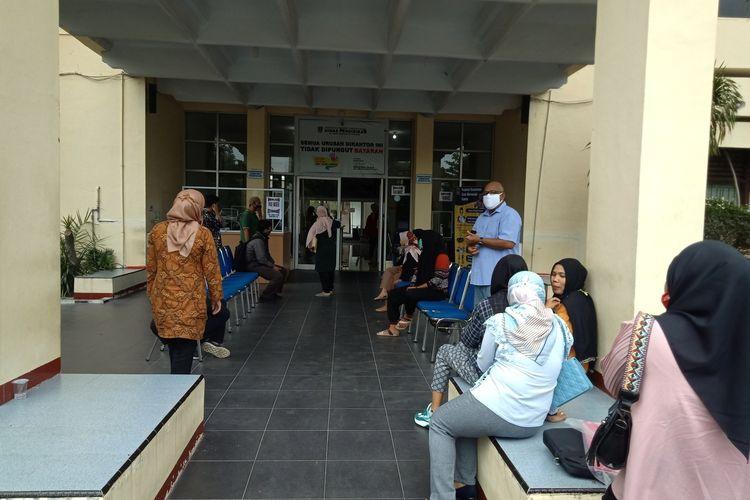 Puluhan orang tua siswa datangi kantor Dinas Pendidikan Sumbar pertanyakan situs pendaftaran yang masih bermasalah, Rabu (24/6/2020)