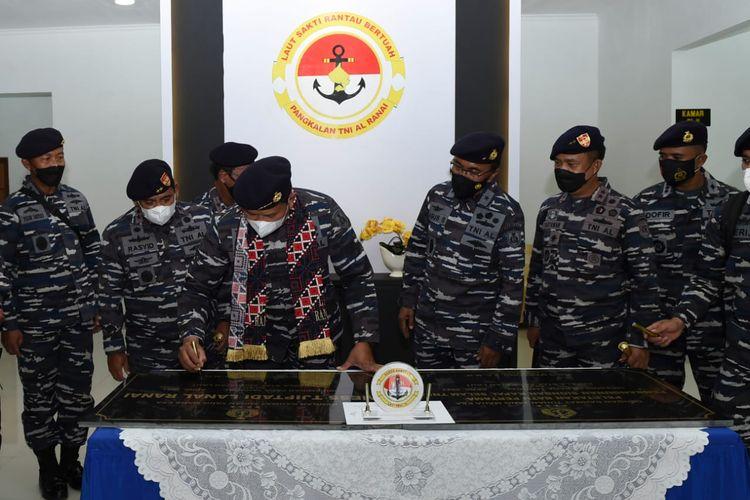Kepala Staf Angkatan Laut (KSAL) Laksamana TNI Yudo Margono menandatanganani prasasti pembangunan stasiun bantu kapal selam dan peresmian Mess Tjiptadi, di Selat Lampa, Natuna, Kepulauan Riau, Senin, (5/4/2021).