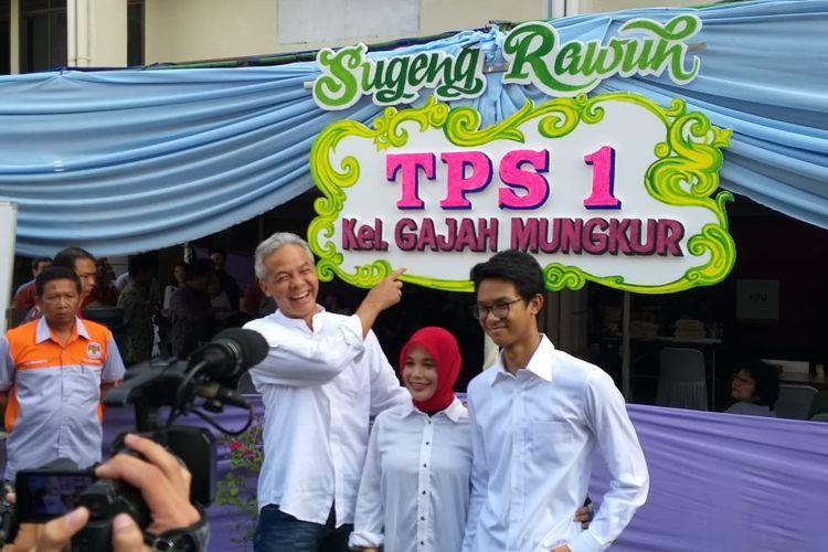 Gubernur Jateng Ganjar Pranowo bersama keluarga menyalurkan hak pilihnya di Pemilu 2019. Mereka kompak mengenakan pakaian serba putih, Rabu (17/4/2019).
