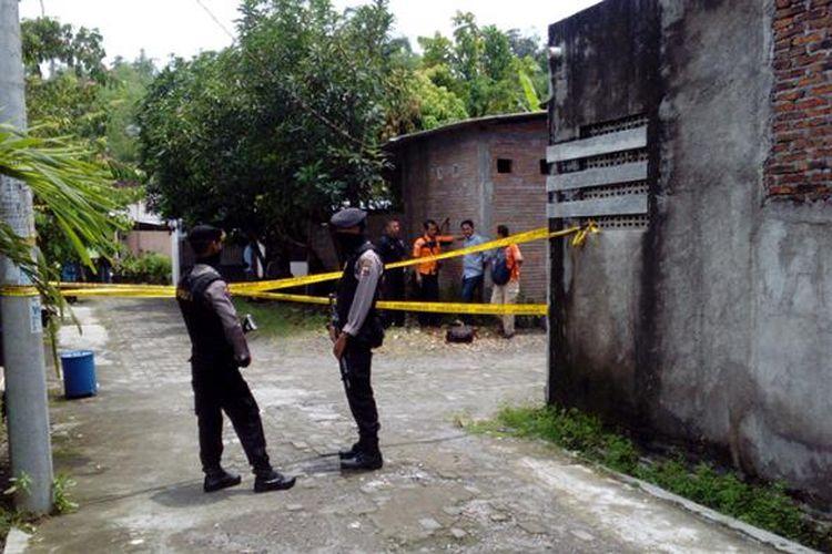 Polisi jaga ketat saat penggledahan rumah terduga teroris di Karanganyar, Jawa Tengah, Selasa (31/1/2017).