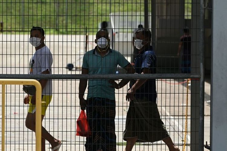 Pekerja migran Singapura di dalam kompleks asrama pekerja asing, saat karantina Covid-19 Singapura.