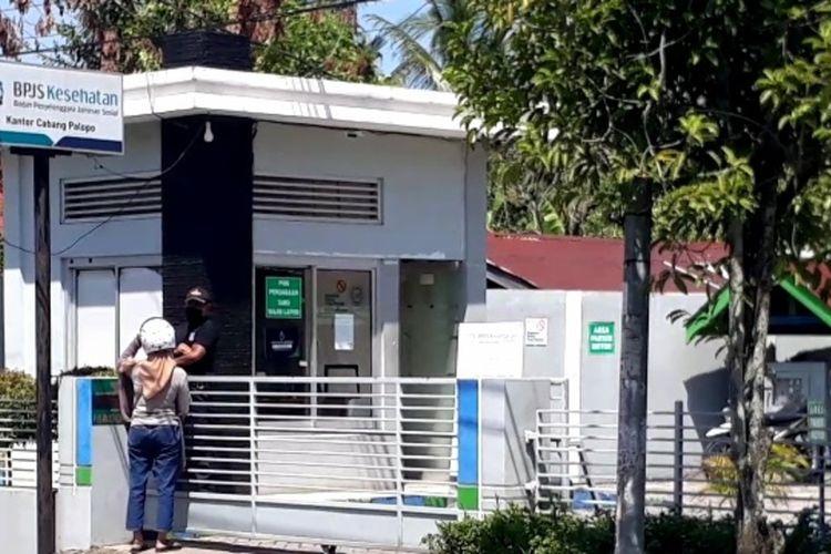 Pihak BPJS Kesehatan Kota Palopo, Sulawesi Selatan meniadakan layanan administrasi secara tatp muka setelah 2 orang karyawan terkonfirmasi positif covid-19, Senin (09/11/2020)