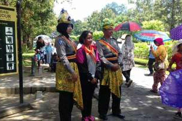 Aparat Polisi mengenakan pakaian dinas kombinasi pakaian adat Magelang di Candi Borobudur.