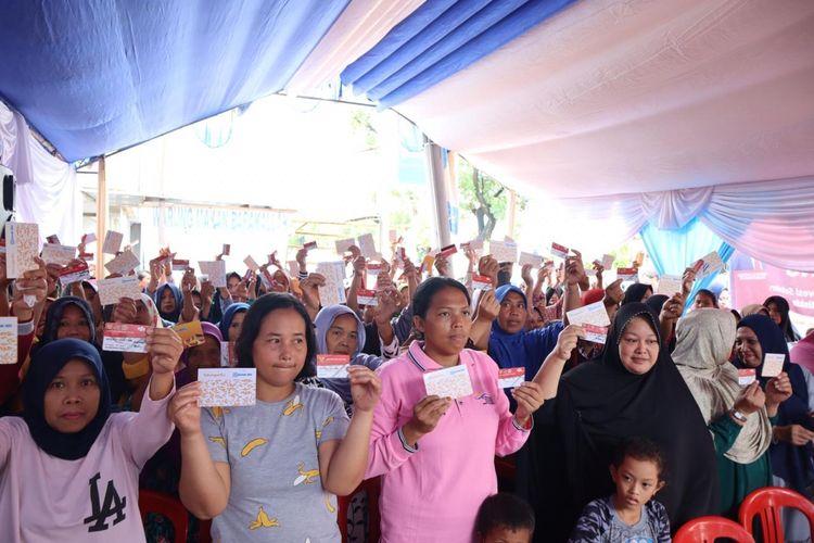 Kementerian Sosial berikan pengenalan dan penyaluran program Sembako Murah kepada 160 Keluarga Penerima Manfaat di e-Warong Maraja, Makassar, Minggu, (9/2/2020).