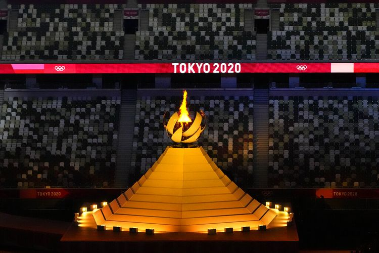Api Olimpiade menyala saat upacara pembukaan di Stadion Olimpiade pada Olimpiade Musim Panas 2020, Jumat, 23 Juli 2021, di Tokyo, Jepang.