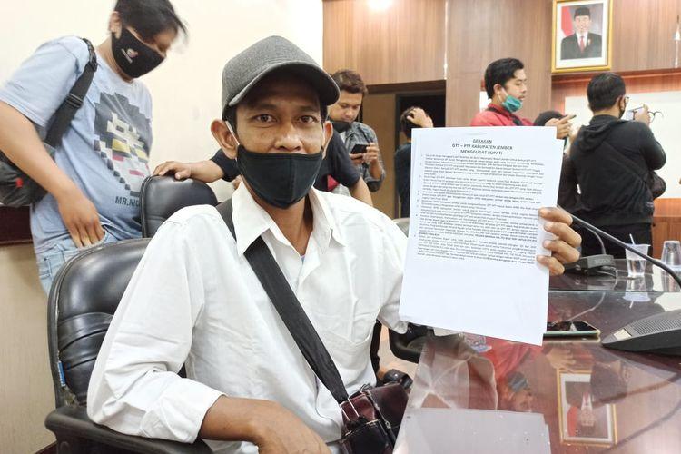 Hidayatulah, guru honorer SDN Wirolegi 01 saat berada di kantor DPRD Jember Rabu (25/11/2020)