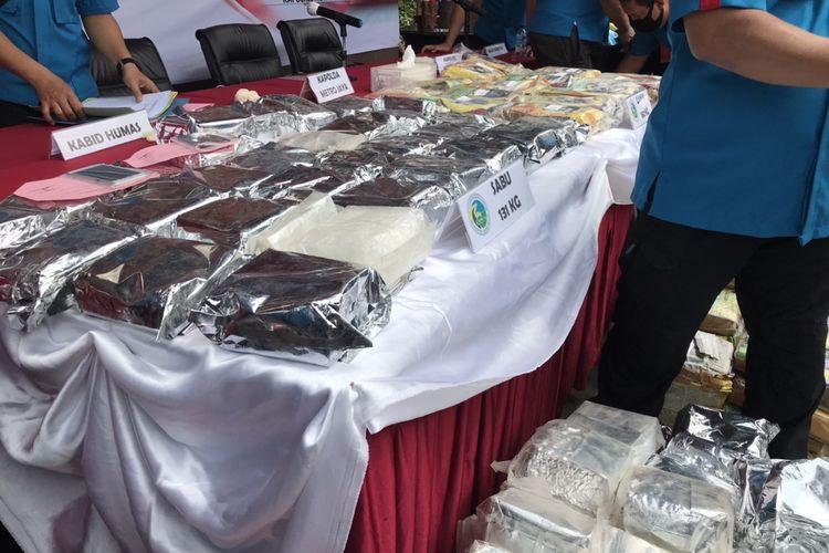 Polres Metro Jakarta Selatan menyita barang bukti sabu-sabu seberat 131 kilogram yang disimpan di dalam enam tas. Barang haram tersebut disita polisi saat menangkap dua tersangka berinisial HG dan AP di kawasan Cipulir, Kebayoran Lama, Jakarta.