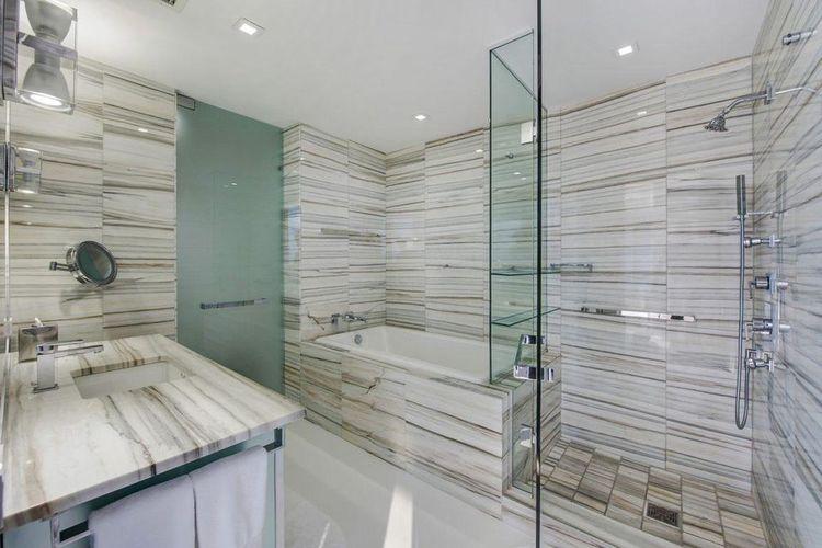 Kamar mandi di kondominium Zaha Hadid yang dipenuhi dengan ubin marmer