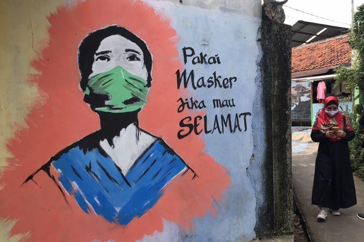 Mural-mural terlihat di jalan-jalan maupun tembok rumah warga RW 08 di Kelurahan Lenteng Agung, Jagakarsa, Jakarta Selatan, Rabu (16/12/2020) siang.