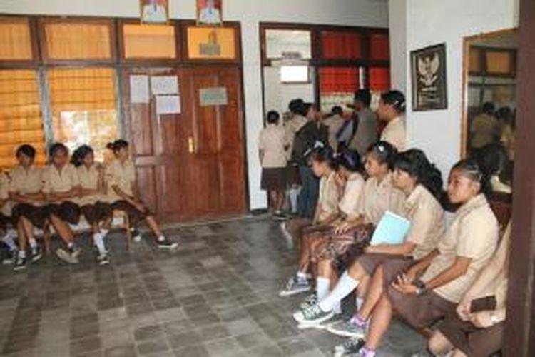 Puluhan Siswa SMA Negeri I Kefamenanu, Kabupaten Timor Tengah Utara (TTU), Nusa Tenggara Timur, mendatangi Dinas Pendidikan Pemuda dan Olaraga Kabupaten TTU, Jumat (11/10/2013). Mereka protes kebijakan Disdik memutasi guru mereka.