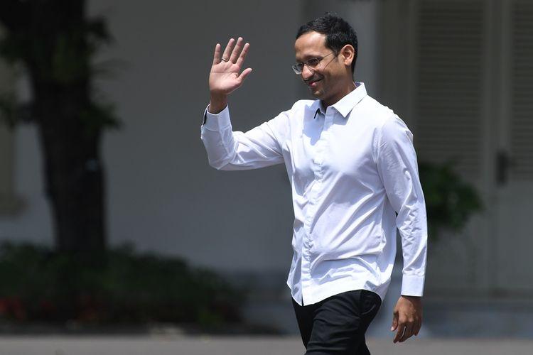 Salah satu pendiri yang juga CEO goJek Nadiem Makarim melambaikan tangannya saat berjalan memasuki Kompleks Istana Kepresidenan, Jakarta, Senin (21/10/2019).