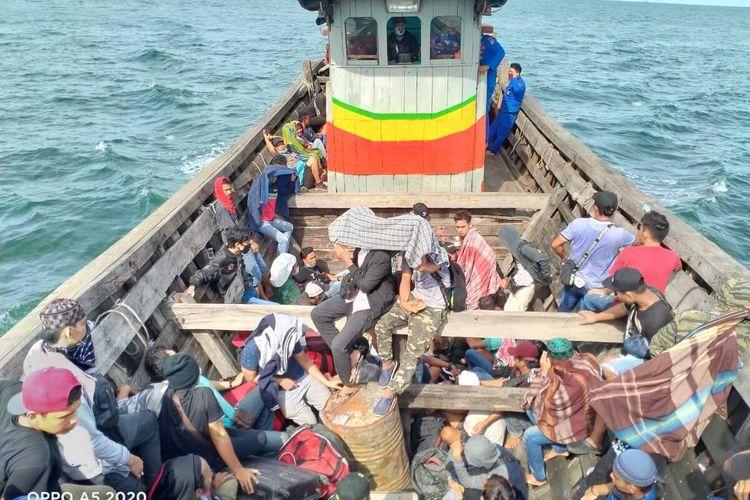 Sebanyak 72 orang tenaga kerja Indonesia (TKI) ilegal ditelantarkan di pinggir Sungai Ludam, Kabupaten Asahan pada Selasa (28/4/2020). Mereka ditinggalkan atau ditelantarkan begitu saja oleh kapal yang mengangkutnya dari Malaysia.