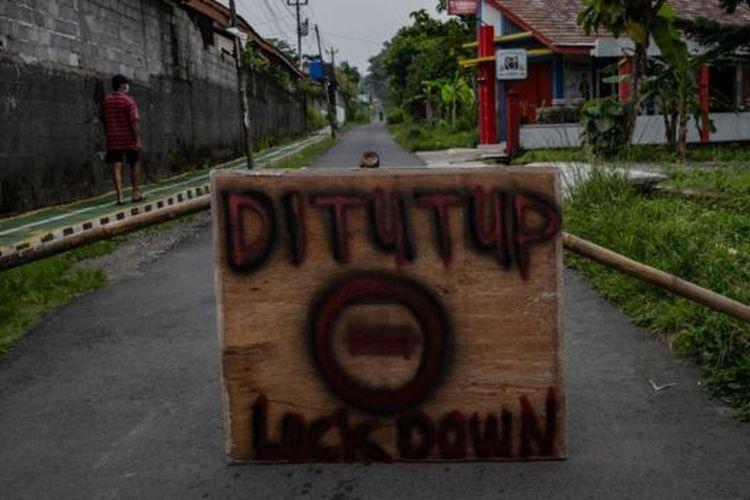 Alih-alih menempuh kebijakan karantina wilayah, atau lockdown, seperti desakan berbagai pihak, Presiden Joko Widodo memilih kebijakan pembatasan sosial berskala besar untuk menangani wabah Covid-19.