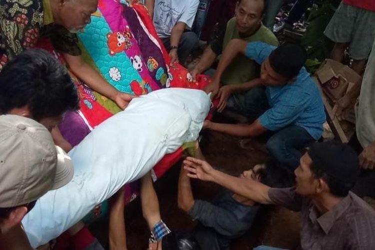 Warga lepas kepergian Siswi SMP Korban Kekerasan Seksual dan Pembunuhan ketempat peristirahatan terakhir di Desa Tubohan Kecamatan Semidangaji. (SRIPOKU.com/ Leni Juwita)
