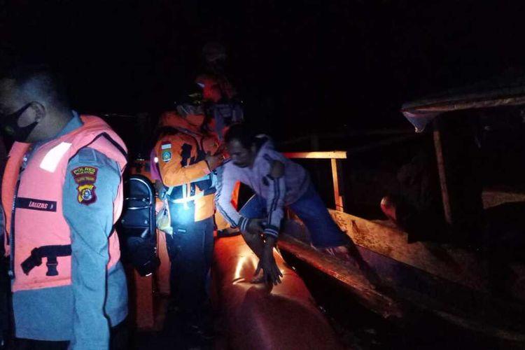 Perahu longboat milik nelayan Kabupaten Wakatobi, Sulawesi Tenggara terbakar saat sedang mencari ikan di perairan karang kapota Wakatobi, Kamis (6/8/2020) dinihari. 10 orang nelayan ditemukan dalam keadaan dan sebagian dievakuasi Tim Pos SAR Wakatobi.