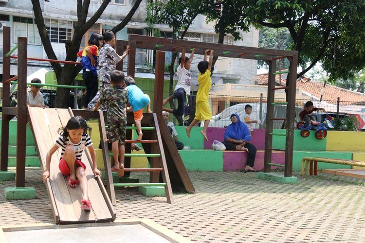 Anak-anak sedang bermain di Taman