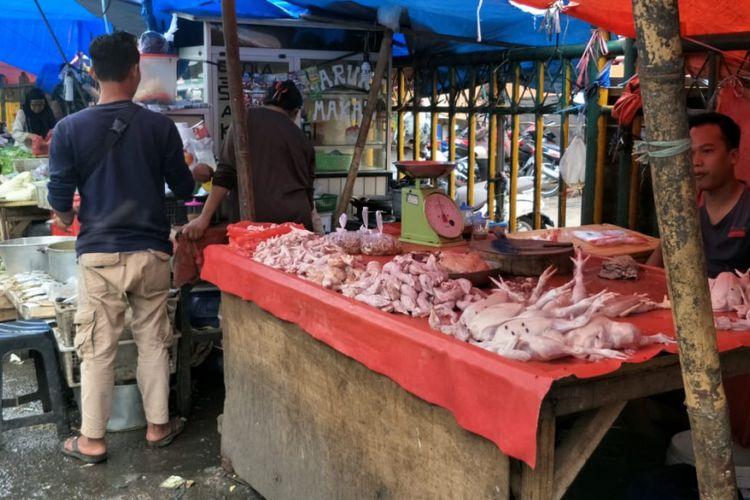 Salah satu penjual daging ayam di Pasar Baru Bekasi, Bekasi Timur, Kota Bekasi, Rabu (23/1/2019).