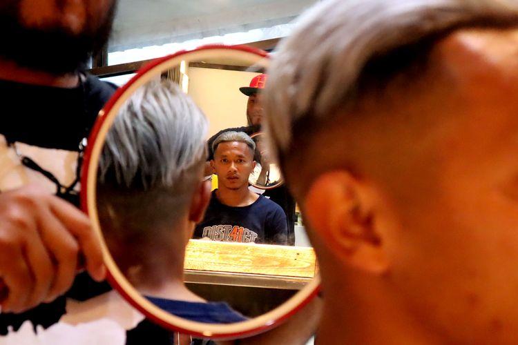 Dendi Santoso bersama Hermansyah meluncurkan bisnis terbarunya Captain Dist41ct Barbershop yang terletak di pusat Kota Malang.