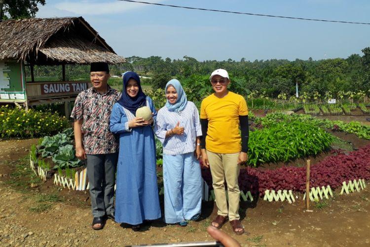 Plt Gubernur Bengkulu, Rohidin Mersyah beserta isteri berpoto bersama Plt. Bupati Bengkulu Selatan, Gusnan Mulyadi dan isteri di taman edukasi Dan wisata pertanian